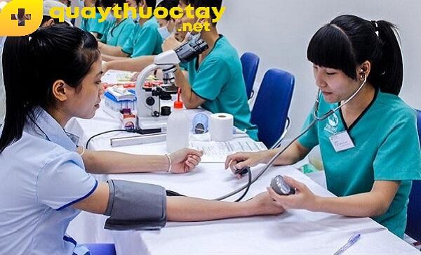 Thực hiện khám sức khỏe xin việc theo hướng dẫn của nhân viên y tế